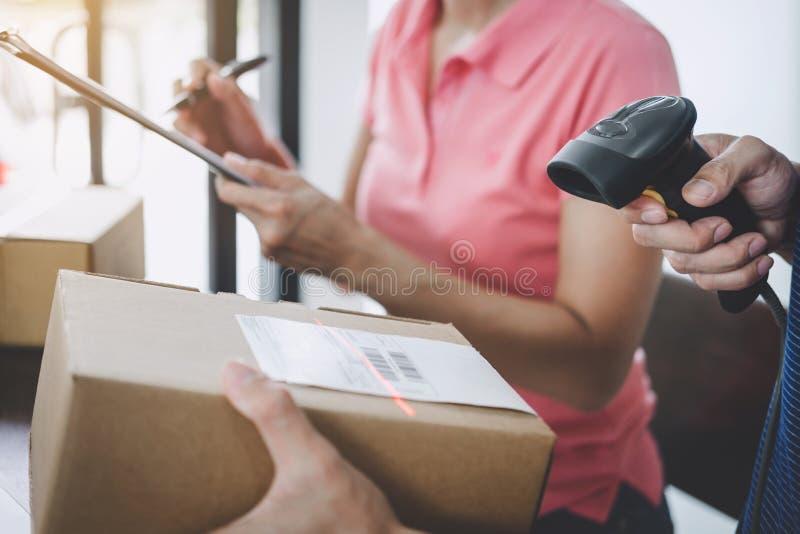 Domowa doręczeniowa usługa i działanie usługa sprawdza rozkaz potwierdzać dosłanie klienta wewnątrz pamiętamy, deliveryman barcod obrazy royalty free