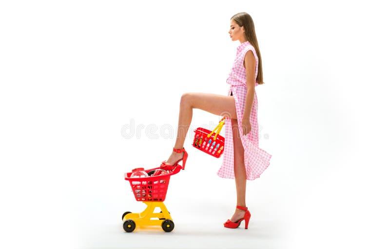 Domowa dostawa Kobieta iść robić zapłacie w supermarkecie zakupy dziewczyna z pełną furą rocznik gospodyni domowej kobieta fotografia royalty free