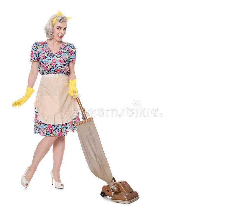 Domowa dumna retro gospodyni domowa z rocznika próżniowym cleaner, odizolowywającym na bielu, fotografia royalty free