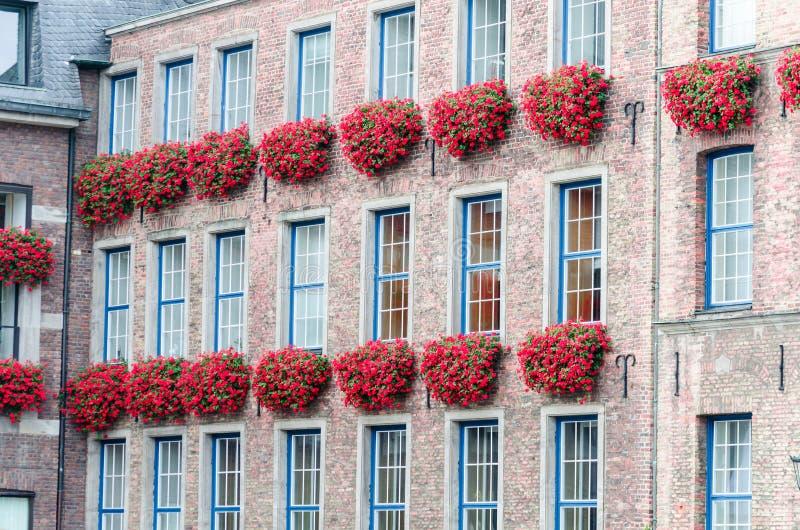 Domowa fasada z kwiatów pudełkami zdjęcia stock