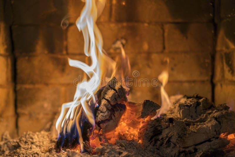 Domowa graba z pięknym pomarańcze pożarniczego i drewnianego ogienia zakończeniem płonący pożarniczy kominek Notuje dalej ogienia obraz stock
