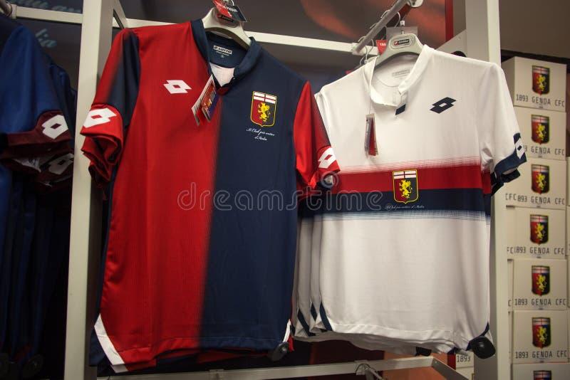 Domowa i oddalona koszula genuy 1893 drużyna futbolowa na sprzedaży w genua sklepie przy genuy «Porto Antico «terenem, Włochy zdjęcia stock