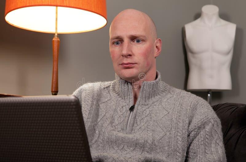 domowa laptopu mężczyzna praca zdjęcie royalty free