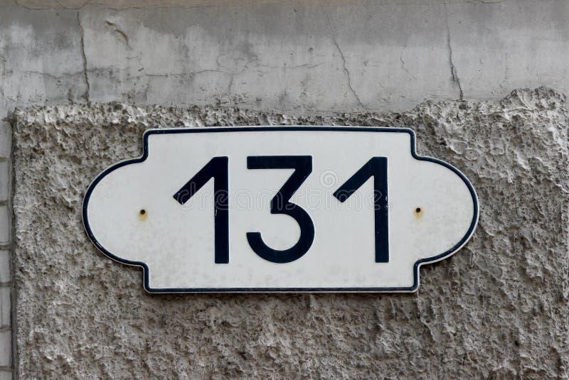 Domowa liczba 131 sto i trzydzieści jeden Czarny literowanie na bielu fasonował metalu talerza obrazy stock