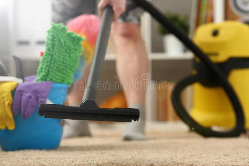 Domowa opieka dla dywanowego pr??niowego cleane zdjęcia stock