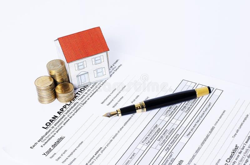 Domowa papieru i monet sterta z biznesowym fontanny piórem na pożyczkowym zastosowaniu obraz stock