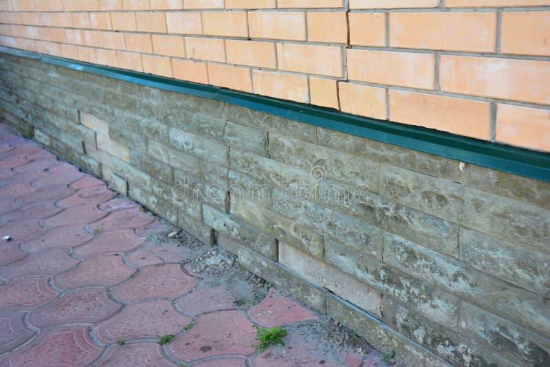 Domowa podstawy ściany szkody naprawa Naprawa uszkadzająca podstawa, podstaw pęknięcia zdjęcia stock