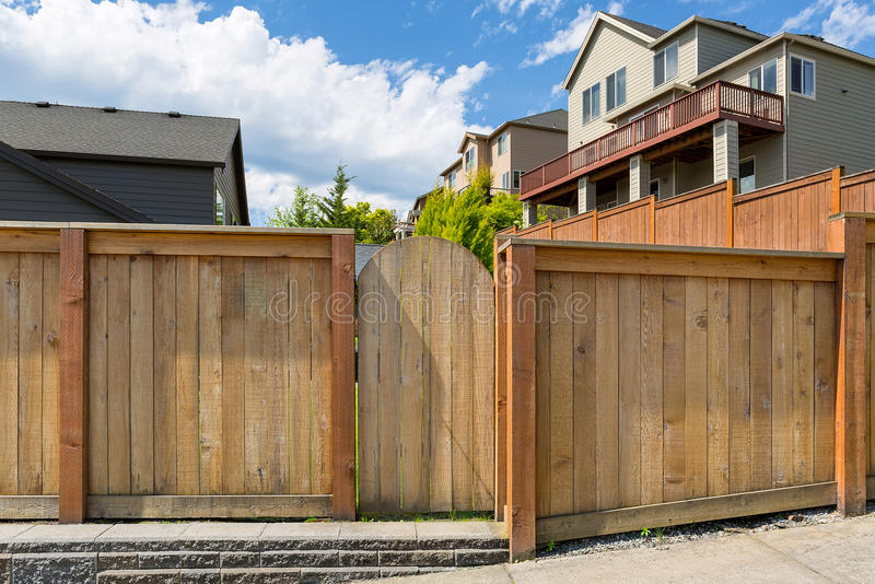 Domowa podwórka ogródu drewna ogrodzenia brama zdjęcia stock