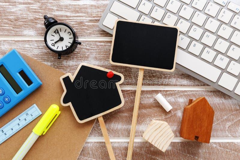 Domowa sprzedaż i czynsz podpisujemy na pracującym biurku obraz royalty free