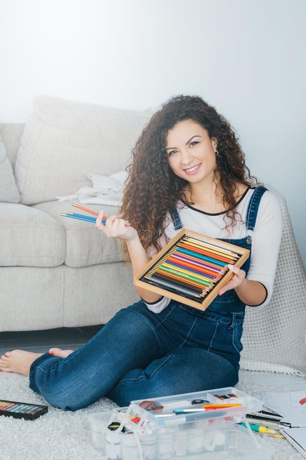 Domowa sztuka hobby dama barwił ołówek farby ustalonego zestaw zdjęcia stock