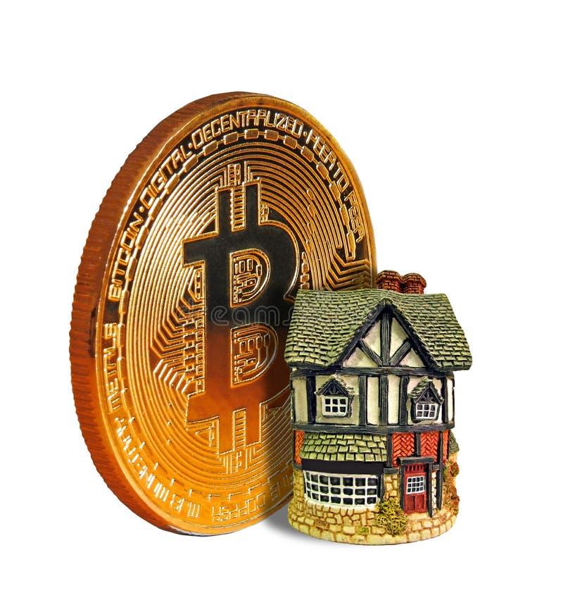 Domowa własność obok złocistego bitcoin cryptocurrency obraz stock