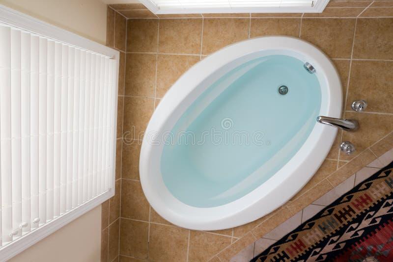 Domowa wanna pełno czysta woda zdjęcie royalty free