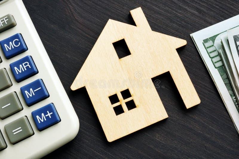 Domowa wartość Z Kalkulatorem drewniany Dom obraz stock