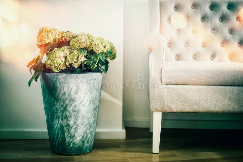 Domowa wewnętrzna dekoracja z kwiat podłogową wazą i białą leżanką obrazy royalty free