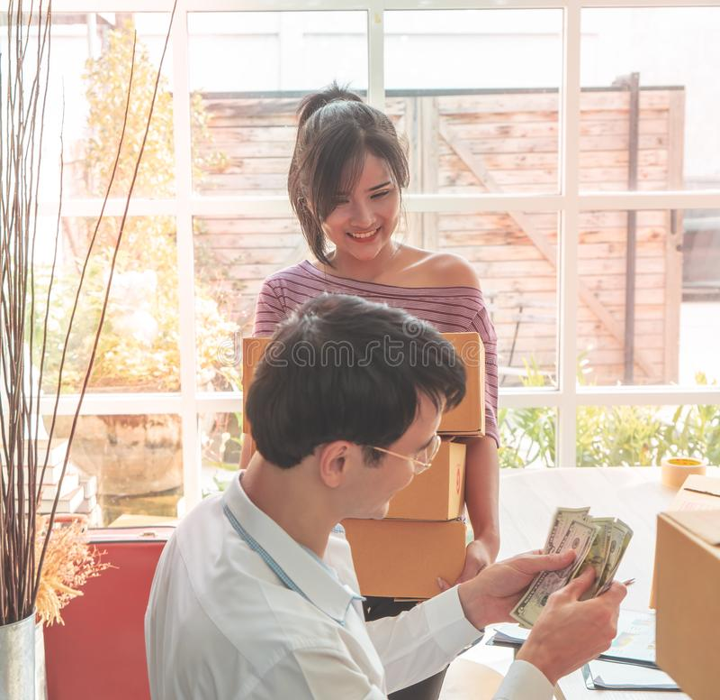 Domowego biznesu drużynowy sprawdza zapas w online domowym biznesie obrazy stock