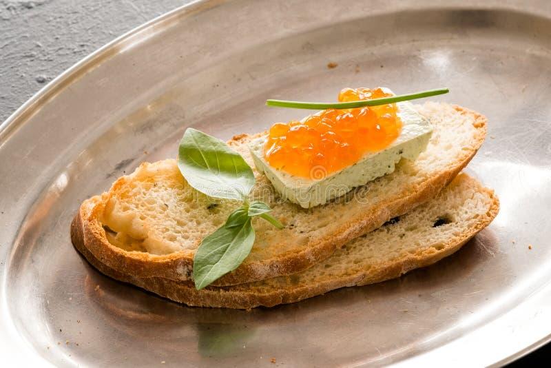 Domowego kucharstwa kanapki przekąski kawioru serowy garnirunek zdjęcia stock