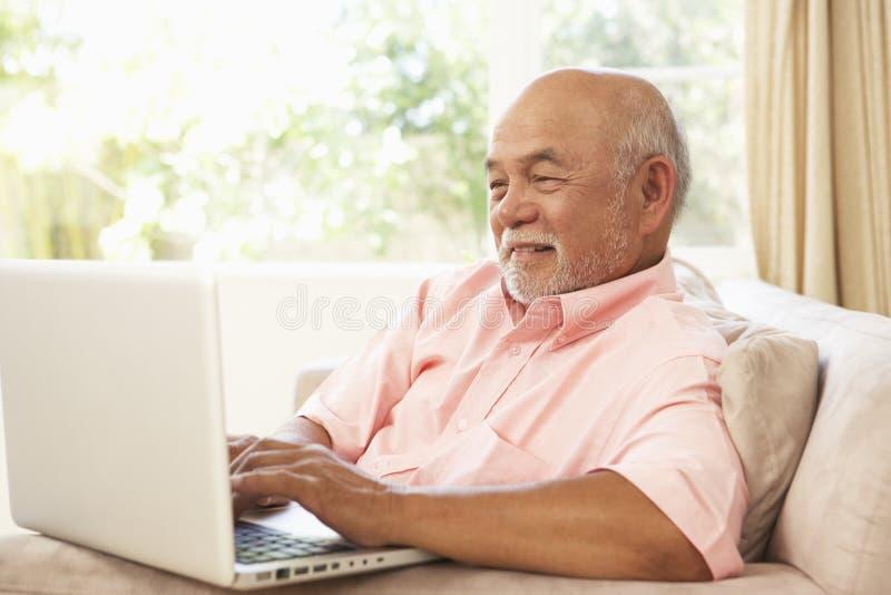domowego laptopu mężczyzna starszy używać obraz royalty free