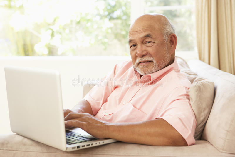 domowego laptopu mężczyzna starszy używać fotografia royalty free
