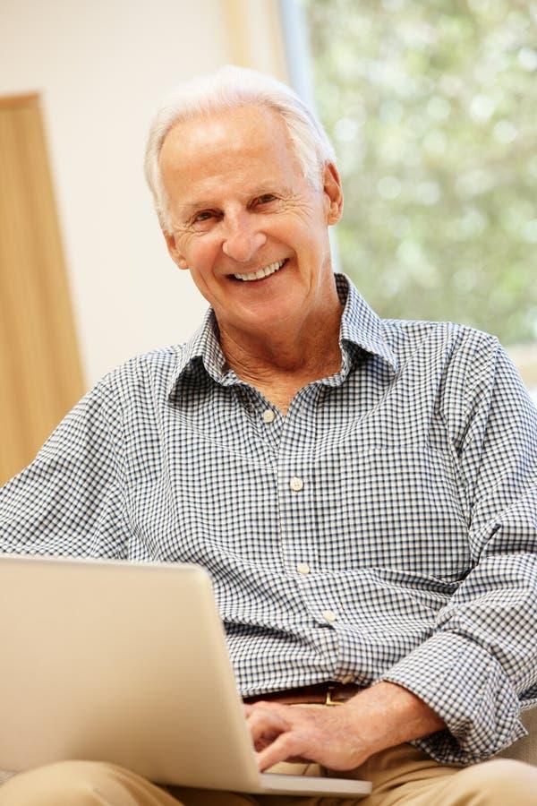 domowego laptopu mężczyzna starszy używać zdjęcie stock