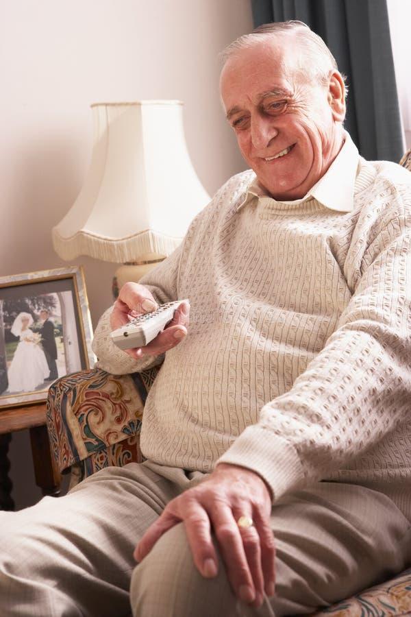 domowego mężczyzna starszy tv dopatrywanie zdjęcie stock