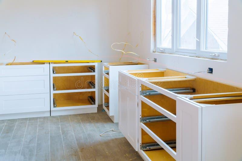 Domowego ulepszenia kuchnia Przemodelowywa widok instalującego w nowej kuchni zdjęcie royalty free