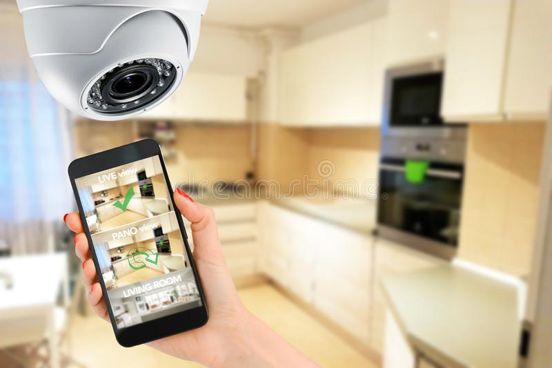 Domowej ochrony pojęcie z mobilnym związkiem przez smartphone obraz royalty free