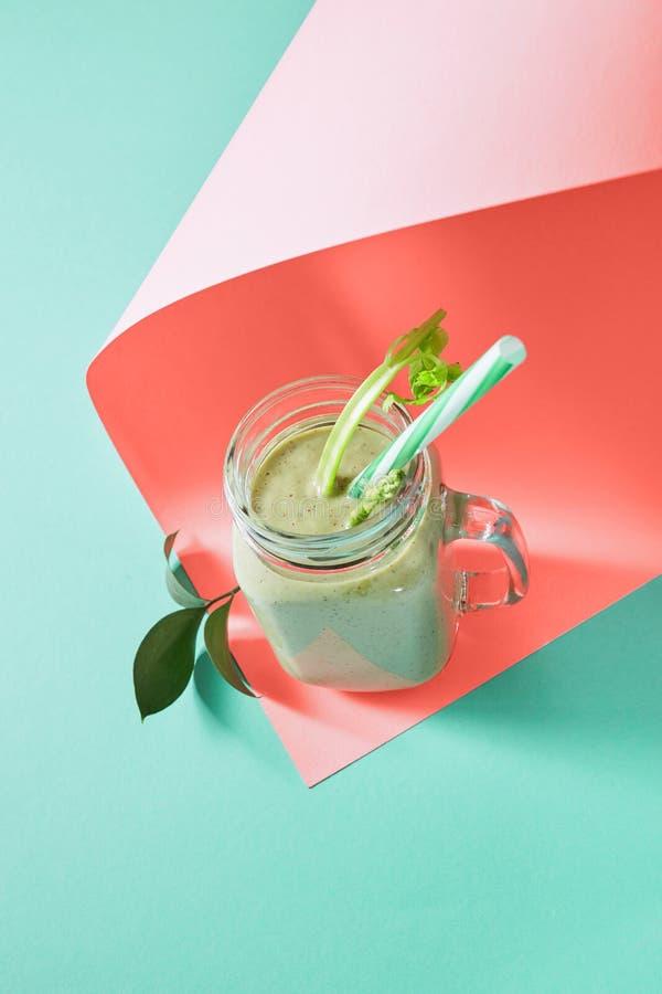 Domowej roboty świezi smoothies z avocado, seler, ogórek na koloru tle rok 2019 Żywy Koralowy Pantone obrazy stock