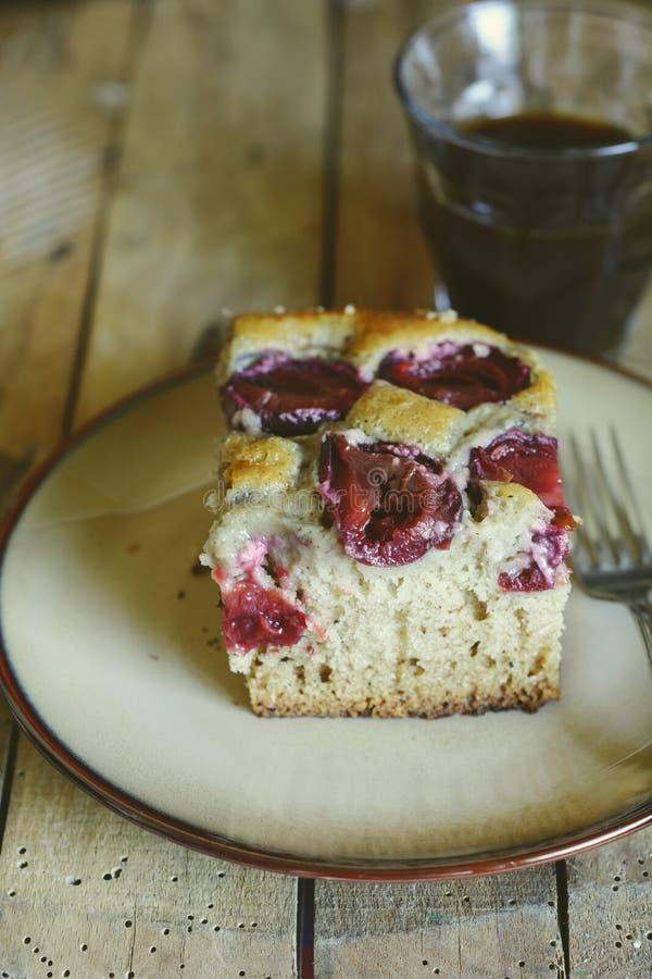 Domowej roboty śliwka tort zdjęcie stock