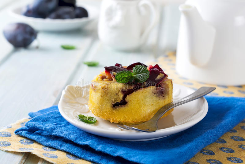 Domowej roboty śliwkowy pudding na ceramicznym talerzu obrazy stock