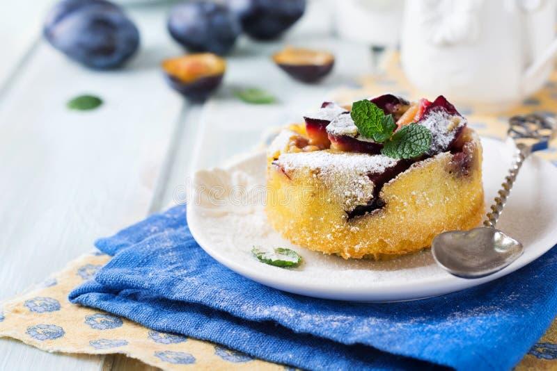 Domowej roboty śliwkowy pudding na ceramicznym talerzu fotografia stock
