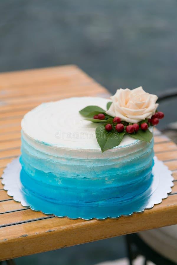 Domowej roboty ślubnego torta biel błękitny gradient obraz stock