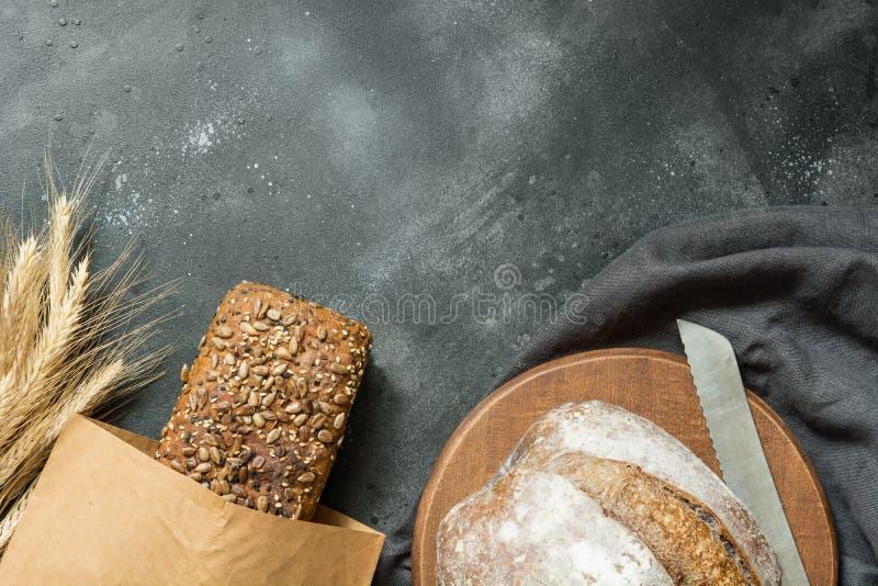 Domowej roboty świeży żyto chleb na zmrok desce z bliska kosmos kopii obrazy royalty free