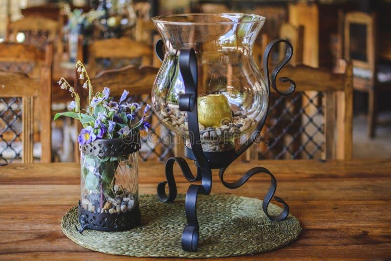 Domowej roboty świeczka właściciel Szklany słój z dekoracyjnym kamieniem na drewnianym stole, zdjęcia stock