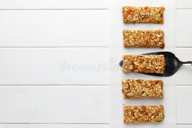 Domowej roboty żadny piec granola bary na białym drewnianym tle zdjęcia royalty free