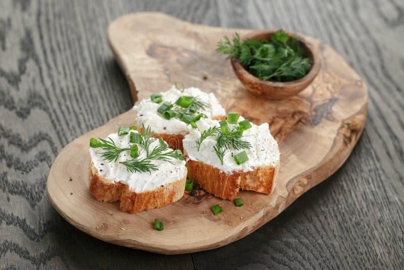 Domowej roboty apetyczny crostini z miękkim serem zdjęcie stock