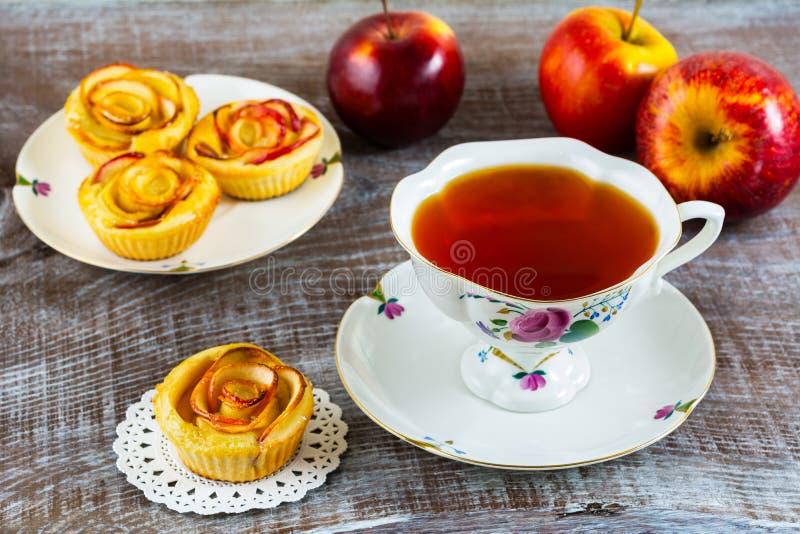 Domowej roboty Apple róży tort i filiżanka herbata fotografia royalty free