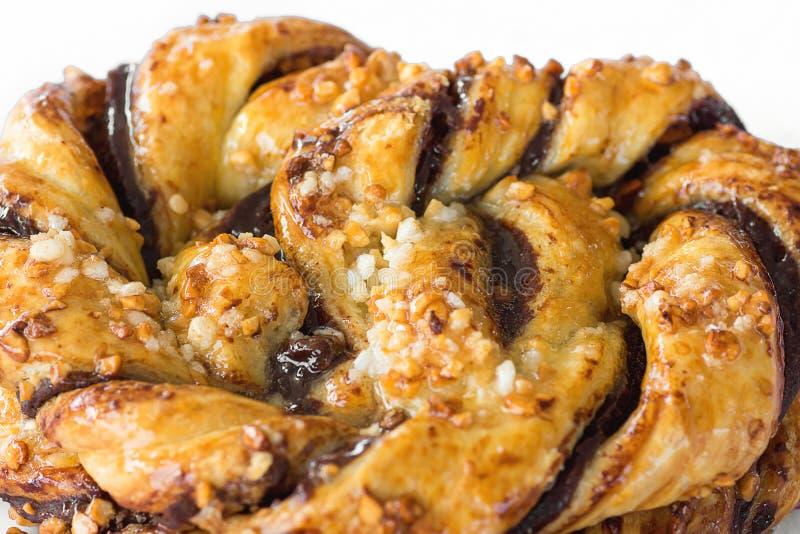 Domowej roboty Artisanal zawijasa Ptysiowy ciasto z dżemu cukierem i cynamonem Kropi z syropem Mży fotografia royalty free
