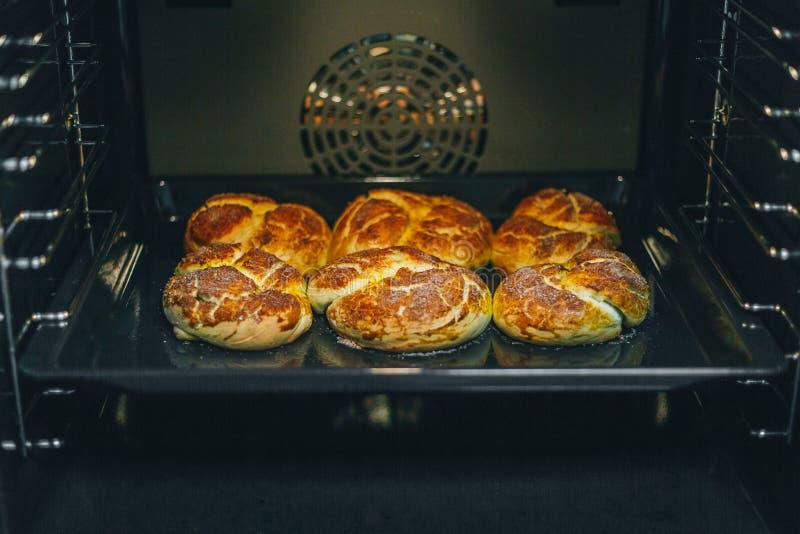 Domowej roboty babeczki piec w piekarniku obraz royalty free