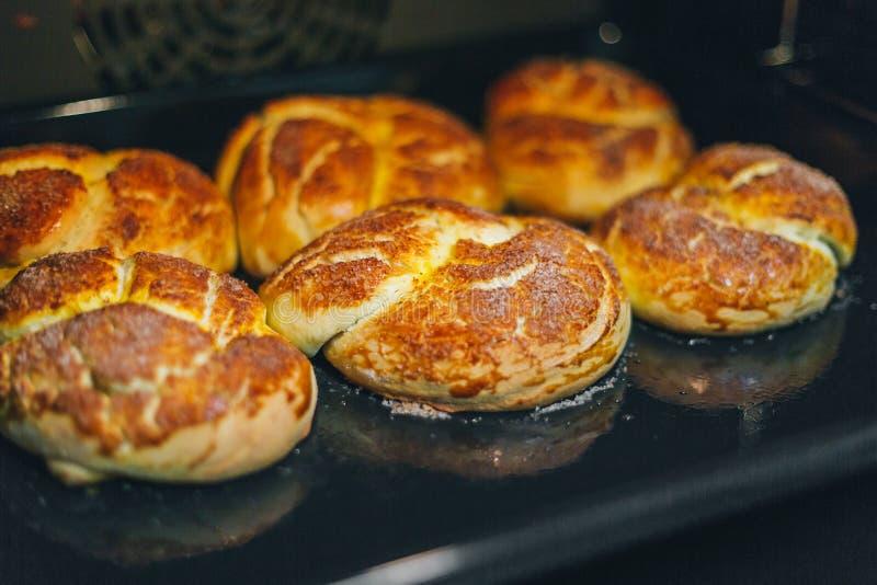 Domowej roboty babeczki piec w piekarniku obraz stock