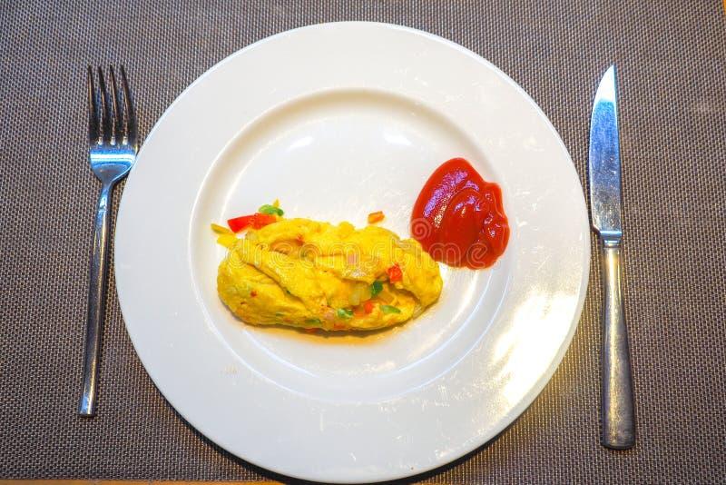 Domowej roboty baleronu i sera omlet na białym naczyniu dla śniadania zdjęcia stock