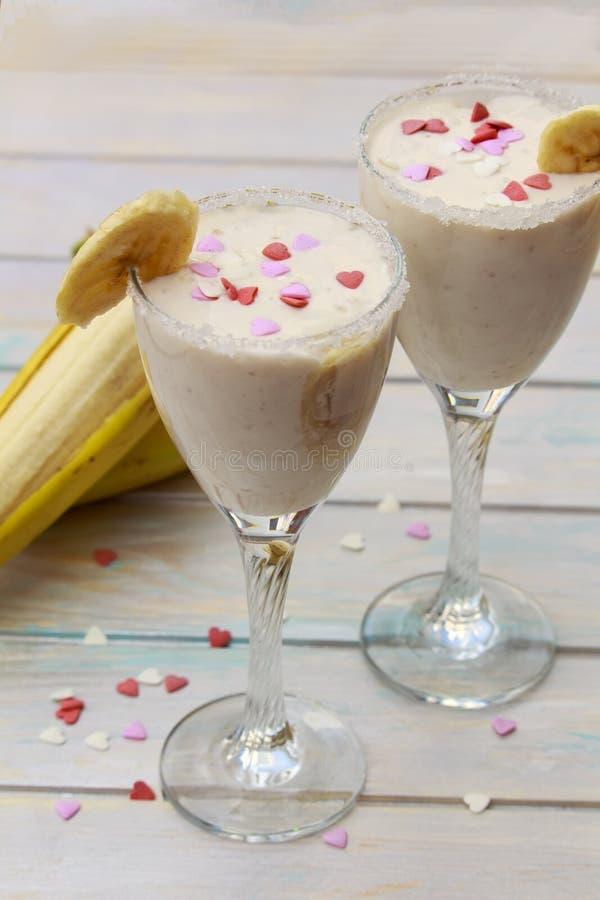Domowej roboty Bananowi smoothies lub koktajl na drewno stole obraz stock