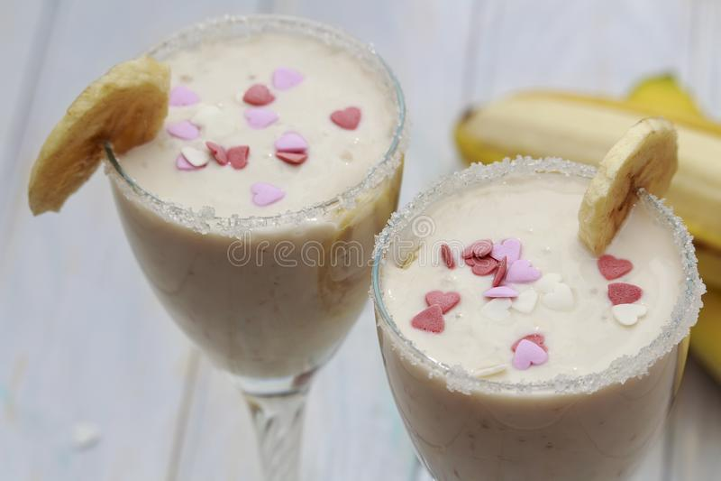 Domowej roboty Bananowi smoothies lub koktajl na drewno stole fotografia royalty free