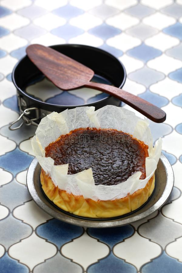 Domowej roboty bask palący cheesecake zdjęcia stock