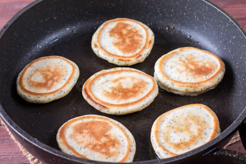Domowej roboty bliny z makowymi ziarnami dla smakowitego zdrowego śniadania w smaży niecce obrazy stock