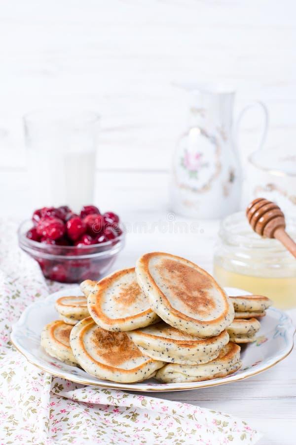 Domowej roboty bliny z makowymi ziarnami z miodem dla smakowitego zdrowego śniadania obraz royalty free