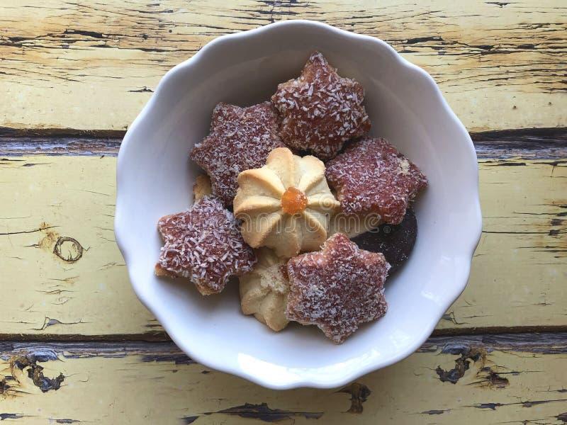Domowej roboty Bożenarodzeniowi ciastka z miodownikiem, dokrętkami, dżemem i czekoladami, zdjęcie royalty free