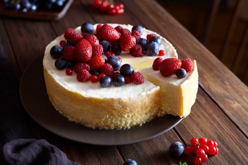 Domowej roboty Bożenarodzeniowy zimy jagodowej owoc cheesecake na drewnianym zmroku stole Śmietankowy mascarpone deser zdjęcie stock