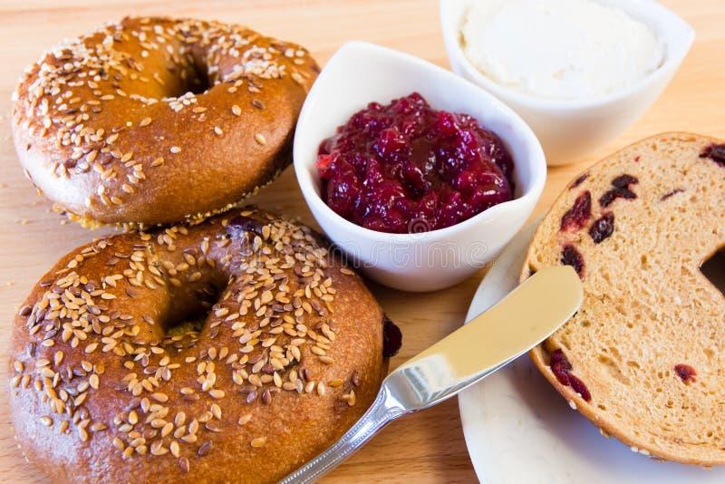 Domowej roboty cali zbożowi bagels z sezamowymi ziarnami i cranberries. obraz stock