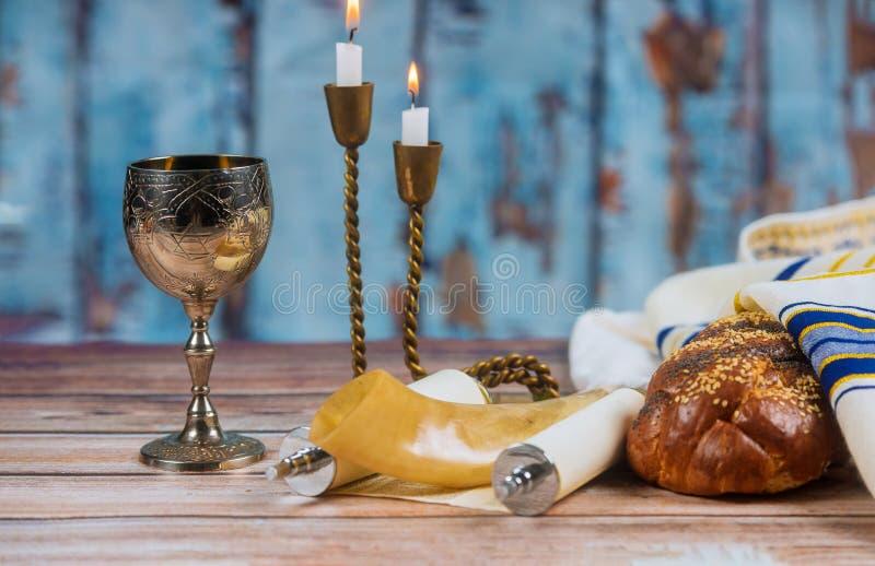 Domowej roboty challah, wino i świeczki dla Shabbat, obraz royalty free