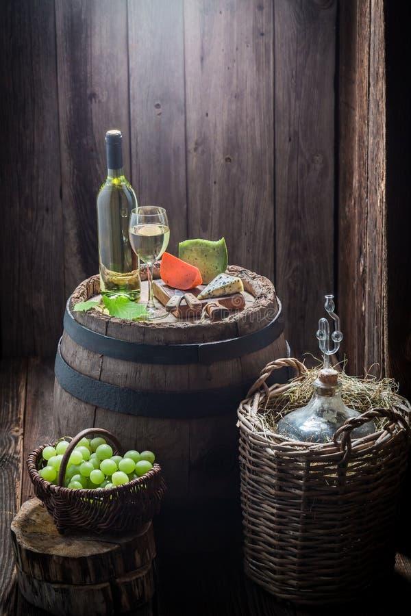 Domowej roboty Chardonnay wino w szkle z serem i winogronami obrazy royalty free